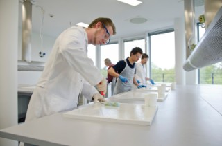 In the FVK courses of the Fraunhofer IFAM the participants learn about different manufacturing processes as well as their application and behavior.